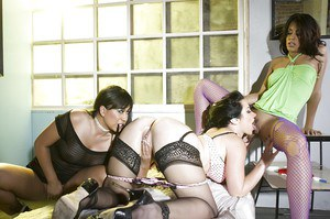 Wooing fetish ladies make kinky and sizzling lesbian threesome action