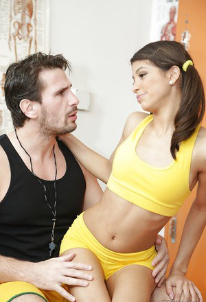 Petite latina Veronica Rodriguez gets banged and facialized by well-hung lad