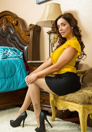 Stunning milf Latina Francesca Le shows her fancy big juicy butts