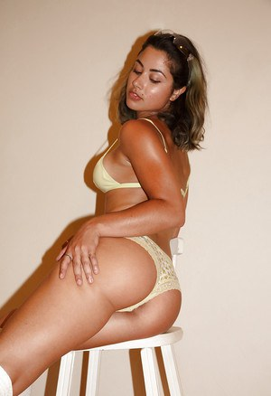 Muscular brunette amateur Carol Jasabe showcasing her perfect booty