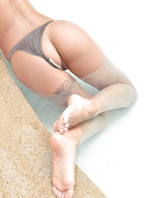Latina solo girl Susy Gala flaunting great legs and sexy bare feet outdoors